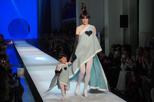 Coco Rocha s dcerkou Ioni na přehlídce Jeana-Paula Gaultiera