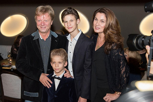 Maroš Kramár se letos po pětadvaceti letech rozvedl s manželkou Natašou Nikitinovou. Spolu mají syny Marka (10), Timura (17) a dceru Tamaru (18).