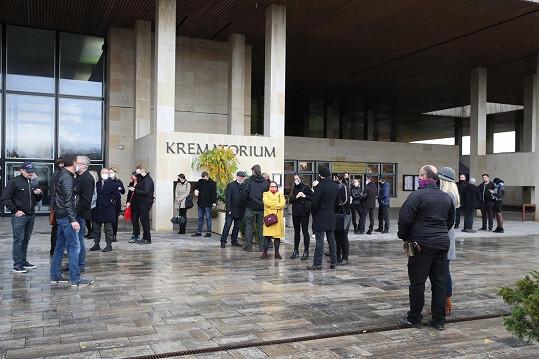 Poslední sbohem mu dali v českobudějovickém krematoriu. Většina smutečních hostů musela kvůli restrikcím zůstat venku.