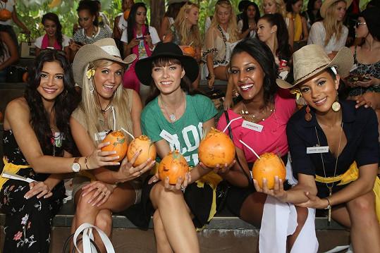Ena (uprostřed) na soutěži Miss World 2013 na Bali