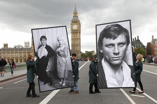 Veřejnosti snímky představují díky mobilní výstavě přímo v centru Londýna.