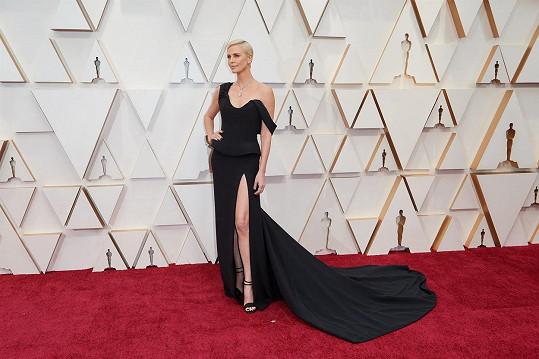 Mistrné řemeslo vyzařovaly šaty z módního domu Dior s peplum volánem a dlouhou vlečkou, které oblékla tvář francouzského módního domu Charlize Theron.