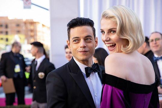 Rami s partnerkou Lucy Boynton.