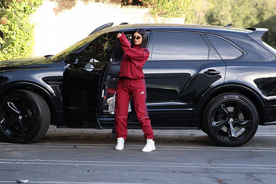 Kylie nechala hlídat své miminko babičkou Kris a vyrazila za přáteli.