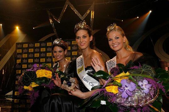 Hana Smoleňáková, dříve Věrná (vpravo), se v roce 2009 stala třetí nejkrásnější dívkou v Miss ČR. Na fotce s Lucií Smatanovou (vlevo) a Anetou Vignerovou
