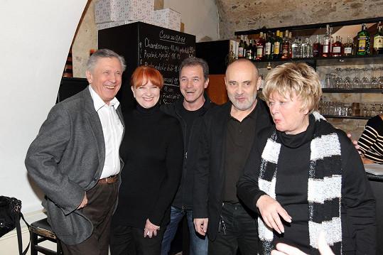 Společně s Petrem Kostkou a Carmen Mayerovou si Vránová zahraje v Divadle Ungelt. Na snímku jsou ještě Milan Hein a Petr Slavík.