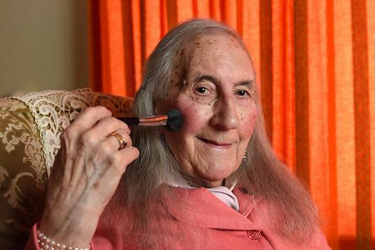 Patricia Davies se narodila jako Peter.
