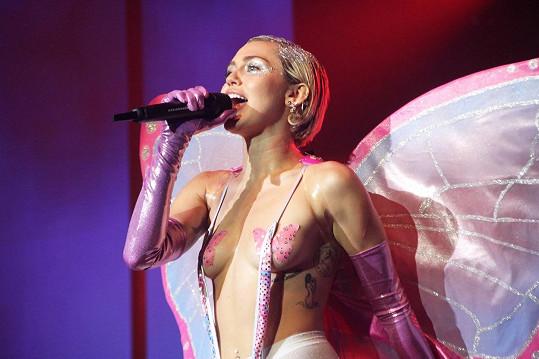 Miley si zahrála na chlípnou vílu.