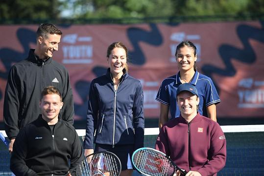 Kate Middleton si odpoledne na kurtu užívala. Na snímku s tenisovými šampiony zleva: Joe Salisbury, Alfie Hewett, Gordon Reid a Emma Raducanu.