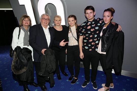 Rodinka vyrazila na premiéru filmu Rudý kapitán - rodiče Michala Suchánka, manželka Renata, dcera Berenika a syn Jáchym s přítelkyní (zleva)