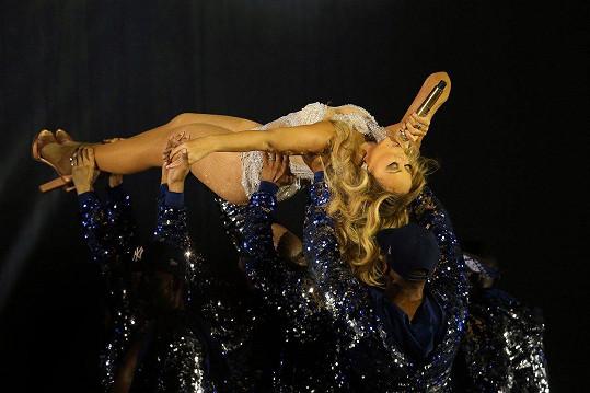 S Mariah měli tanečníci co dělat, aby ji unesli.