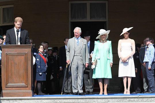 Jako vévodkyně ze Sussexu se Meghan poprvé po svatbě ukázala na oslavě 70. narozenin svého tchána prince Charlese. Na snímku zleva princ Harry (za řečnickým pultem), princ Charles, vévodkyně z Cornwallu Camilla a vévodkyně Meghan