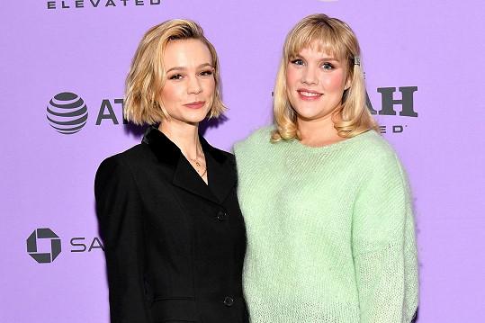 Carey Mulligan (vlevo) je nominovaná za výkon ve filmu Nadějná mladá žena a také v kategorii nejlepší herečka. Na snímku s režisérkou filmu Emerald Fennell.