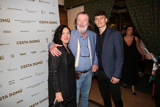 Na premiéru filmu Cesta domů dorazil se synem a manželkou Marcelou.