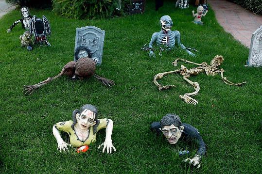 Mrtvoly, které vylézají z trávníku.