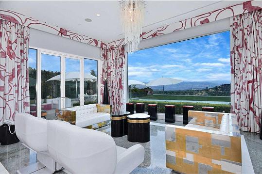 Luxusní je i nábytek v jednotlivých místnostech.