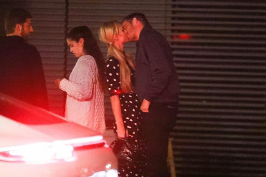 Paris Hilton je s novým partnerem velmi šťastná.