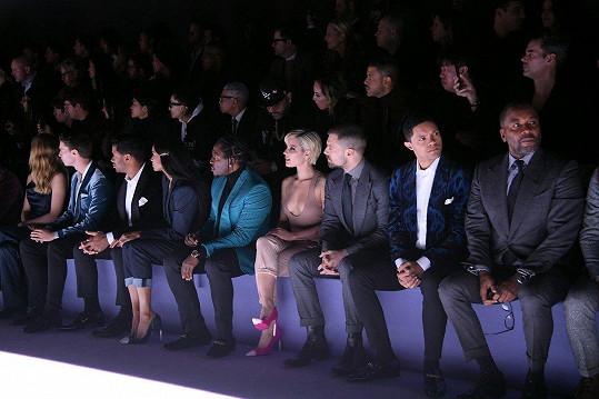 Na přehlídce se potkala s celou řadou dalších slavných hostů. Třeba Patrick Schwarzenegger sedí druhý zleva. Třetí zprava (vedle Halsey) zase sedí rumunsko-americký herec Sebastian Stan.