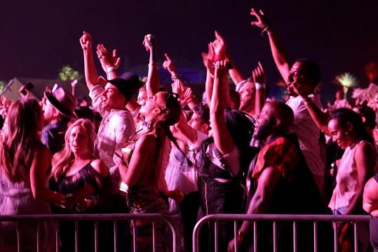 Vřískající Rihanna téměř splynula s davem.