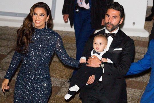 Eva Longoria vzala na akci manžela i syna Santiaga.