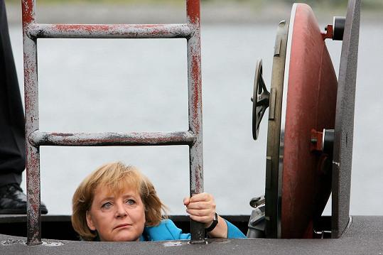 Angela Merkelová a její výstup z ponorky.