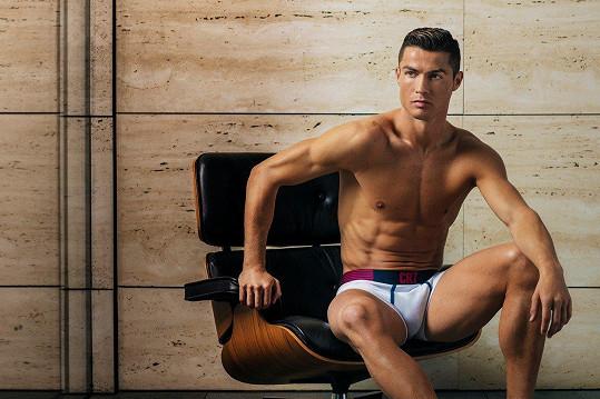Fotbalista by se jako model slušně uživil.
