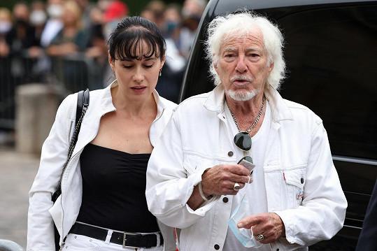 Francouzský zpěvák Hugues Aufray s partnerkou Muriel dorazili na pohřeb Jeana-Paula Belmonda.