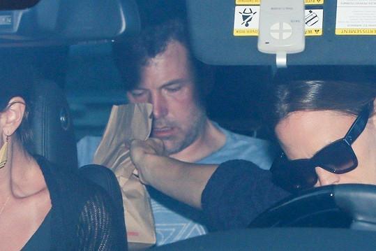 Do léčebny ho odvezla odloučená manželka Jennifer Garner.