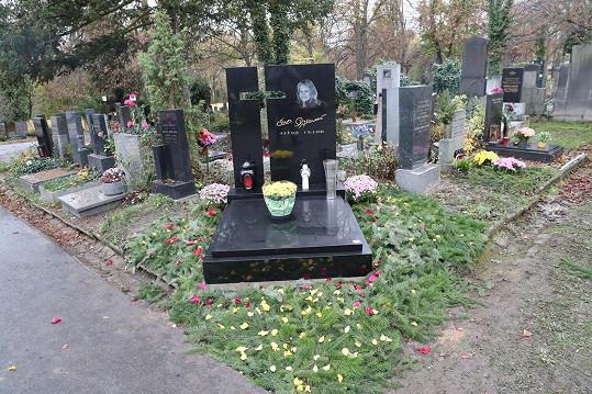 Také na hrobě Evy Pilarové se kradlo. A předtím na Gottově.