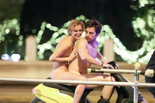 Sebastian Stan a Denise Gough se proháněli na motorce nazí.