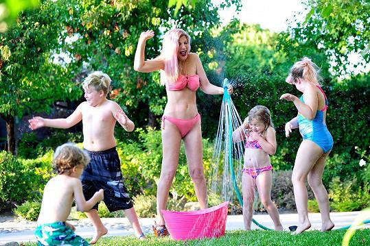Tori své děti pokropila zahradní hadicí.