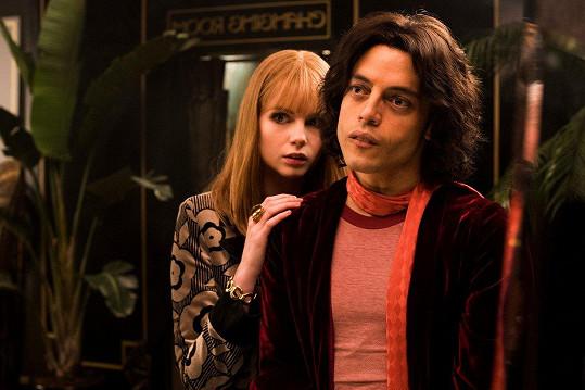Rami Malek a Lucy Boynton jako Freddie a Mary v Bohemian Rhapsody.
