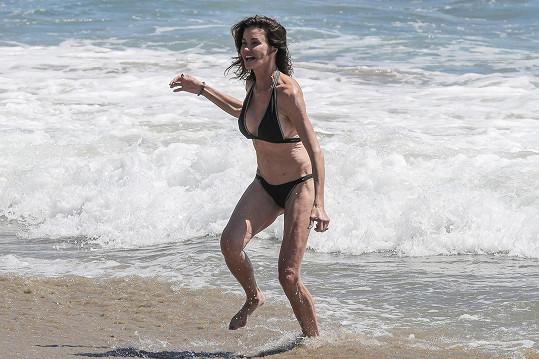 Modelka se i v pokročilém věku vystavuje na pláži.
