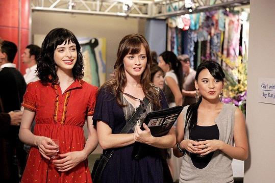 Fanoušci Ritter (vlevo) mohou znát také ze seriálu Gilmorova děvčata. Na snímku s Alexis Bledel a Michelle Ongkingco (vpravo)