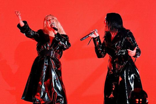 Při vystoupení s Demi Lovato (vpravo) to už Christině (vlevo) zase slušelo.
