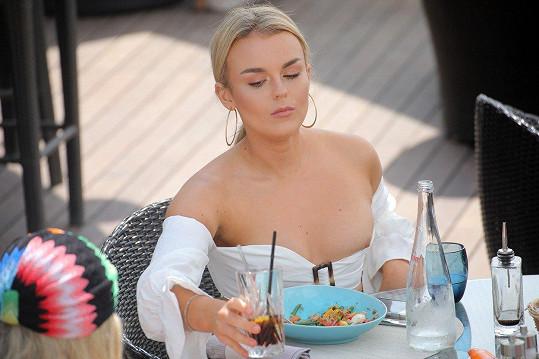 Tallia byla až příliš zabraná do jídla.