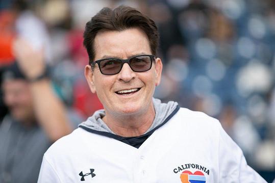 Charlie Sheen se zúčastnil sportovní akce pro celebrity.