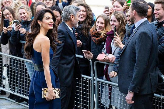 Hned po příjezdu hollywoodskou hvězdu vítal početný dav fanoušků.