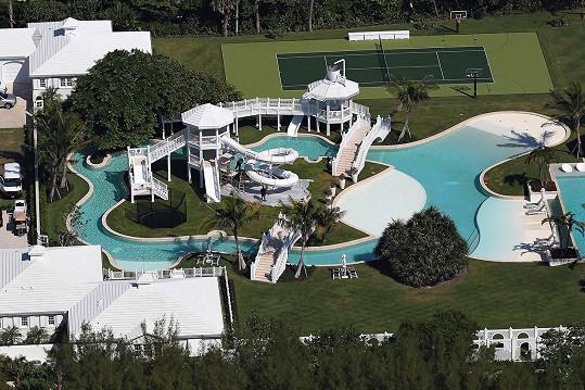 K sídlu náleží několik bazénů i tenisové kurty.