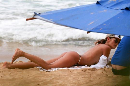Modelka sundala horní díl plavek.