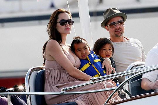 V roce 2008 s dětmi Maddoxem a Paxem