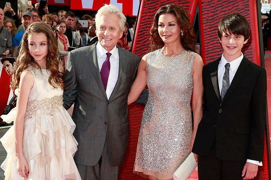 Catherine Zeta-Jones a Michael Douglas se svými dětmi Carys a Dylanem v roce 2015