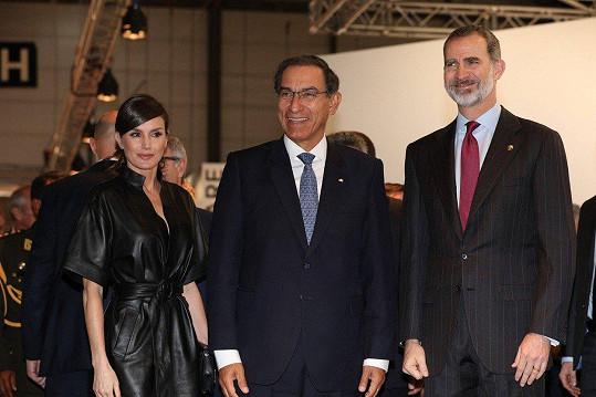 Na zahájení veletrhu současného umění s manželem Filipem VI. (vpravo) a peruánským prezidentem Martínem Vizcarrou