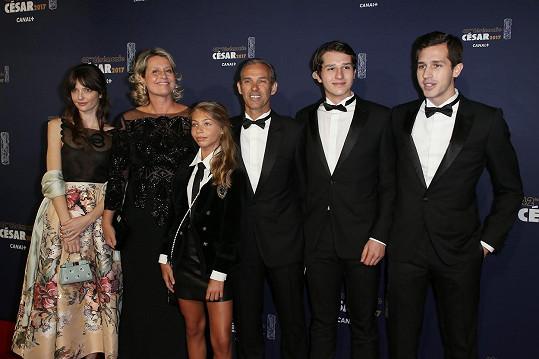 Část rodiny Belmondových na letošních cenách César: Zleva Annabelle, její teta Luana, další teta Stella (třináctiletou dceru má Jean-Paul s manželkou Natty), strýc Paul a bratranci Giacomo a Victor