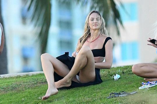 Candice Swanepoel se v parku uvolnila až moc.