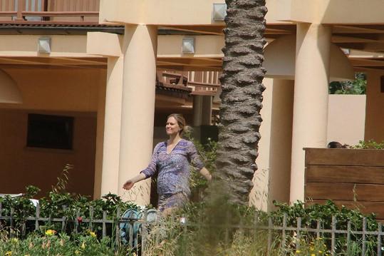 Modelka v pohodlí těhotenské tuniky...