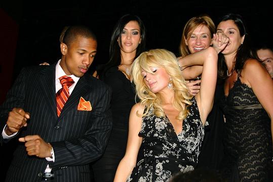 Narozeniny Nicka Cannona v nočním klubu TAO v Las Vegas s Kim a Paris Hilton