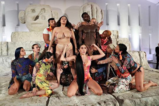 Modelky a modelové během show značky Desigual v rámci festivalu Art Basel v Miami oslavovali lásku, multikulturalismus a rozmanitost. Vpředu uprostřed klečí modelka Lourdes Leon.