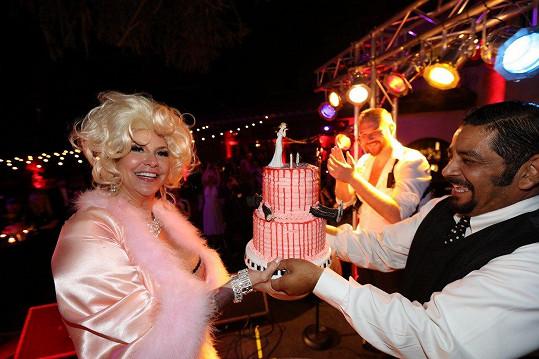 Herečka Perla dostala velmi bizarní dvoupatrový dort.