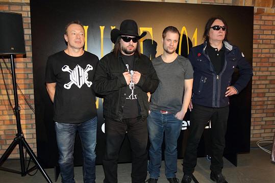 Adam Koller (druhý zprava) se také vydal na hudební dráhu. Zleva s Michalem Dvořákem, Robertem Kodymem a P.B.CH. z kapely Lucie